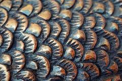La taglierina scolpisce il pesce dal legno primo piano di scultura di legno Squama fotografia stock