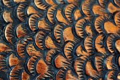 La taglierina scolpisce il pesce dal legno primo piano di scultura di legno Squama fotografie stock