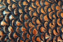 La taglierina scolpisce il pesce dal legno primo piano di scultura di legno Squama immagine stock
