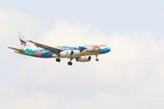 LA TAILANDIA, BANGKOK 3 MARZO: Mosca locale tailandese dell'aereo di linee aeree dell'aria di Bangkok Immagini Stock Libere da Diritti