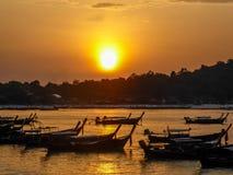 La Tailandia - barche nella baia fotografia stock
