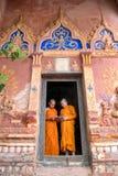 La Tailandia due principianti sta stando insieme i libri di lettura nel fotografia stock