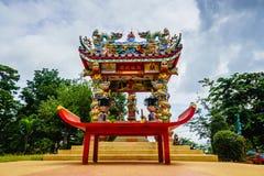 LA TAILANDIA, KOH CHANG-AUGUST 27: Vista sull'altare in San Chao Poh Ko Fotografia Stock