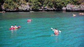 La Tailandia, Koh Samui, il 14 febbraio 2016 I turisti hanno kayak in mare azzurrato tropicale sulla loro vacanza 1920x1080 HD stock footage