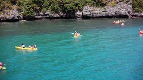 La Tailandia, Koh Samui, il 14 febbraio 2016 I turisti sono kayak in mare azzurrato tropicale 1920x1080 HD stock footage
