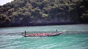 La Tailandia, Koh Samui, il 14 febbraio 2016 I turisti sono kayak in mare tropicale 1920x1080 archivi video