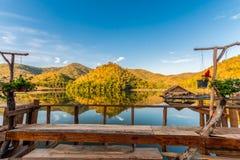 La Tailandia, lago e montagne Fotografie Stock Libere da Diritti