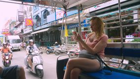 La Tailandia, Pattaya, spiaggia di Jomtien, 07 12 2018 Una bella giovane donna guida in un tuk-tuk nel pomeriggio ed usa stock footage