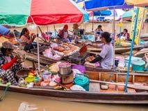 LA TAILANDIA, SAMUTSONGKHRAM - GIUGNO 17,2018: Alimento tailandese tradizionale dello steet al canale di galleggiamento del merca fotografia stock