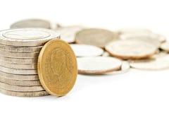La Tailandia una moneta da due baht stava pendendo in Tailandia dieci monete di baht Immagini Stock Libere da Diritti