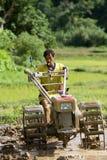 La Tailandia, uomini tailandesi dell'agricoltore che lavorano nel riso sistema Fotografia Stock