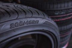 La taille de pneu de voiture à vendre représente les dimensions et le type de construction d'exposition de pneu sur le fond Images stock