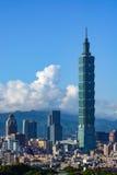 La Taipei 101 torres constructivas sobre el paisaje urbano del capital moderno del ` s de Taiwán Foto de archivo