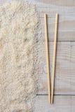 La tajada pega la tabla de madera del arroz Imagenes de archivo