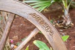 La talla floral en un de madera rueda adentro un parque Foto de archivo