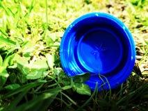La tapa azul perdida Imagen de archivo libre de regalías