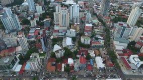 La tarde de las construcciones de viviendas de Panamá de la ciudad contiene árboles almacen de video
