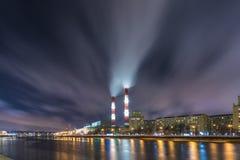 La tarde o la vista nocturna en la central térmica en el terraplén del río de Moskva en Moscú fotos de archivo libres de regalías