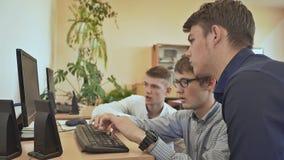 La tarea en el ordenador desconciertan a los estudiantes de la High School secundaria Escuela rusa almacen de metraje de vídeo