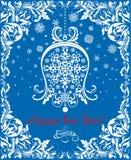 La tarjeta azul del vintage del saludo por vacaciones de invierno con el papel cortó la campana blanca colgante, los copos de nie Fotografía de archivo libre de regalías