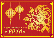 La tarjeta china feliz del Año Nuevo 2016 es las linternas, mono del oro en árbol de melocotón Imágenes de archivo libres de regalías