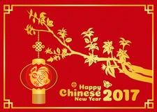 La tarjeta china feliz del Año Nuevo 2017 es papel del pollo del oro cortado en linternas en ramas de árbol