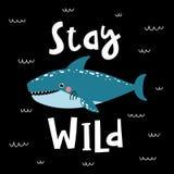La tarjeta con el tiburón lindo y el texto permanecen salvajes ilustración del vector