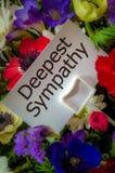 La tarjeta de condolencia más profunda en flores Foto de archivo libre de regalías