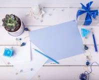 La tarjeta de felicitación azul en blanco con blanco envuelve, regalo, succulent, y las decoraciones de la Navidad Endecha plana, Fotografía de archivo libre de regalías