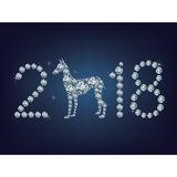 La tarjeta de felicitación creativa de la Feliz Año Nuevo 2018 con el perro compuso muchos diamantes Imagen de archivo libre de regalías