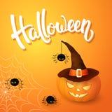La tarjeta de felicitación de Halloween con el sombrero que lleva de la calabaza, las arañas enojadas, el web y 3d cepillan las l Fotos de archivo libres de regalías