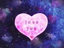 La tarjeta de felicitación del día de tarjeta del día de San Valentín en la forma de un corazón rosado con una inscripción le ama fotografía de archivo libre de regalías