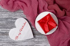 La tarjeta de felicitación del día de tarjetas del día de San Valentín con las letras sea mi tarjeta del día de San Valentín fotos de archivo libres de regalías
