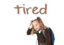 La tarjeta de la escuela del vocabulario del aprendizaje de idiomas ingleses con palabra cansó y pequeña colegiala hermosa dulce foto de archivo libre de regalías