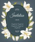 La tarjeta de la invitación del vintage con un marco de los lirios blancos, se puede utilizar para la fiesta de bienvenida al beb Foto de archivo