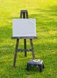 La tarjeta de la pintura en hierba verde Fotografía de archivo