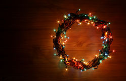 La tarjeta de la plantilla del día de fiesta de la Feliz Año Nuevo y de la Feliz Navidad con la guirnalda circunda el marco Foto de archivo libre de regalías