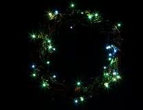 La tarjeta de la plantilla del día de fiesta de la Feliz Año Nuevo y de la Feliz Navidad con la guirnalda circunda el marco Imagen de archivo libre de regalías