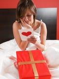 La tarjeta de la tarjeta del día de San Valentín en cama Imagen de archivo