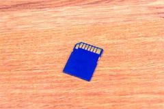 La tarjeta de memoria de 32 GB en el primer de la tabla Fotografía de archivo libre de regalías