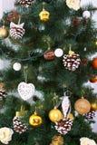 La tarjeta de Navidad con el árbol de abeto juega bolas y conos del pino Fotos de archivo