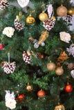 La tarjeta de Navidad con el árbol de abeto juega bolas y conos del pino Foto de archivo
