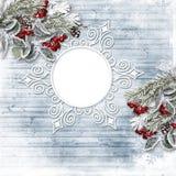 La tarjeta de Navidad del vintage con acebo y abeto ramifica Marco de la foto Fotografía de archivo