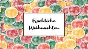 La tarjeta de Navidad de Froehliche Weihnachten con la chuchería de la Navidad como fondo, enfoca adentro almacen de video