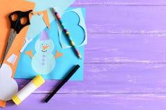 La tarjeta de papel con el muñeco de nieve y las palabras I aman invierno Tijeras, palillo del pegamento, lápiz, marcadores, hoja Imagen de archivo libre de regalías