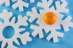 La tarjeta del Año Nuevo con las bolas azules, los copos de nieve blancos hace espuma, moreno anaranjado Fotografía de archivo
