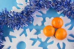 La tarjeta del Año Nuevo con las bolas azules, los copos de nieve blancos hace espuma, moreno anaranjado Fotografía de archivo libre de regalías