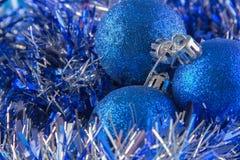 La tarjeta del Año Nuevo con las bolas azules, los copos de nieve blancos hace espuma, moreno anaranjado Imagen de archivo