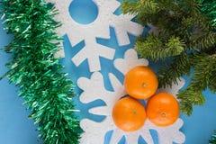 La tarjeta del Año Nuevo con las bolas azules, los copos de nieve blancos hace espuma, moreno anaranjado Foto de archivo libre de regalías