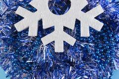 La tarjeta del Año Nuevo con las bolas azules, los copos de nieve blancos hace espuma, moreno anaranjado Fotos de archivo libres de regalías